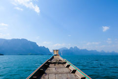 Langes Boot und Stromverdammung Stockfoto