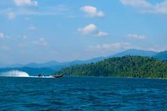 Langes Boot und Stromverdammung Lizenzfreie Stockbilder