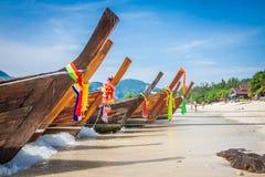 Langes Boot und tropischer Strand, Andaman-Meer, Phi Phi Islands, Thailand Lizenzfreies Stockbild