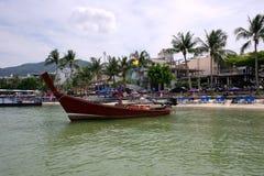 Langes Boot und tropischer Strand, Phuket, Andaman-Meer, Thailand Stockfotos