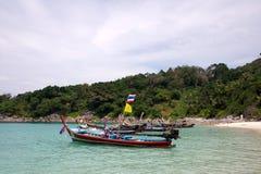 Langes Boot und tropischer Strand, Phuket, Andaman-Meer, Thailand Stockfoto