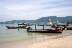 Langes Boot und tropischer Strand, Phuket, Andaman-Meer, Thailand Lizenzfreie Stockfotografie