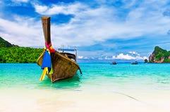 Langes Boot und tropischer Strand, Thailand Stockbild