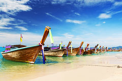 Langes Boot und tropischer Strand, Thailand Stockfoto