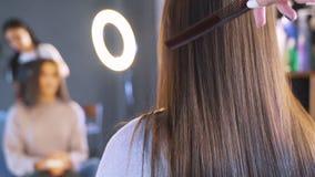 Langes dunkles Haar eines jungen Mädchens Gl?nzendes und seidiges Haar nachdem dem Keratingeraderichten Der Effekt des Keratins,  stock video footage