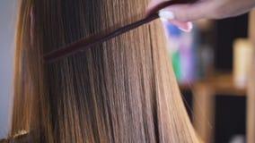 Langes dunkles Haar eines jungen Mädchens Gl?nzendes und seidiges Haar nachdem dem Keratingeraderichten Der Effekt des Keratins,  stock footage