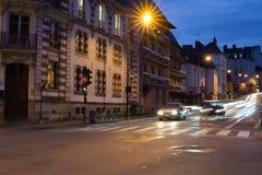 Langes französisches Stadtzentrum Belichtungsschussnachtszenen-Autofahrens lizenzfreie stockfotos