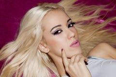 Langes gerades Haar des blonden Mädchens des Porträts Stockfotografie