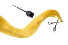 Langes goldenes blondes Haar mit Berufsscheren und Haarfärbemittel Stockbild