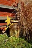 Langes Gras und Milch können vor altes Rot gemalter Scheune Stockbilder