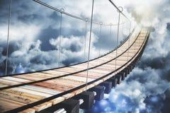 Langes hölzernes Treppenhaus zum Himmel mit Wolken Stockfotografie