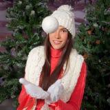 Langes Haar Brunettemädchen, das Schneeball spielt lizenzfreies stockbild