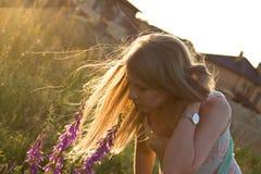 Langes Haar im Sonnenunterganglicht im windigen Wetter Stockfoto