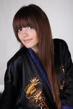 Langes Haar, junge Frau in der schwarzen orientalischen Robe Stockfoto