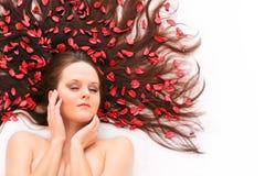 Langes Haar mit Blumen. stockbild