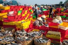 LANGES HAI, VUNG TAU, VIETNAM - 3. JULI 2016: Fischverkäufer in langem Hai-Markt bereiten Meeresfisch für den Morgenmarkt vor stockbilder