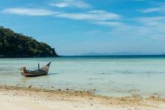 Langes Heck-Boot auf dem Strand stockfotos