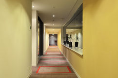 Langes Korridorhotel Lizenzfreie Stockfotos