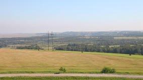 Langes Panorama von Feldern, von Straßen und von Wäldern stock footage