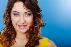 Langes Porträt des gelockten Haares des Nahaufnahmefrauengesichtes lizenzfreie stockfotos