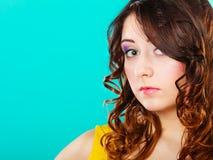 Langes Porträt des gelockten Haares des Nahaufnahmefrauengesichtes lizenzfreie stockfotografie
