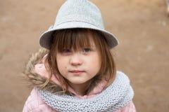 Langes rauhaariges Mädchen in der Jacke, im grauen Schal und im Fedorahut Stockbild