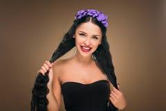 Langes schwarzes Haar Art und Weisefrauenportrait Lizenzfreies Stockfoto