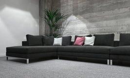 Langes Sofa im modernen Raum mit rustikaler hölzerner Wand Stockfoto