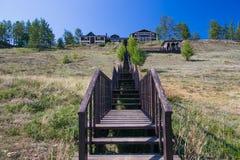 Langes Treppenhaus, das zu Holzhaus führt Stockfoto