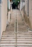 Langes Treppenhaus mit Geländer Stockfoto