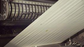Langes ungeschnittenes klares Papier auf dem Walzwerk, hochschiebend stock video footage