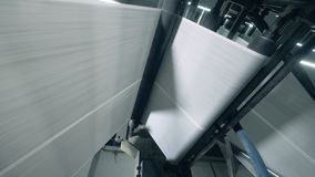 Langes weißes Netz des Papiers bewegt allein das Walzwerk stock footage