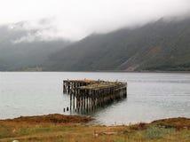 Langfjord Norge fjord övergiven pir fotografering för bildbyråer