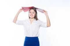 Langhaarige Blondine im Büro kleidet das Halten eines offenen Ordner abov Lizenzfreies Stockbild