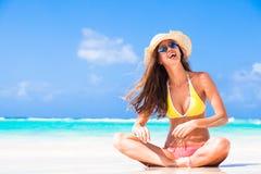 Langhaarige Frau Atrractive, die am tropischen Strand sich entspannt Lizenzfreies Stockfoto