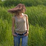 Langhaarige Frau auf dem Gebiet stockfoto