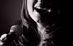 Langhaarige Frau, die das Blau singt Lizenzfreie Stockbilder