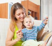 Langhaarige Frau mit Kleinkind Stockbild