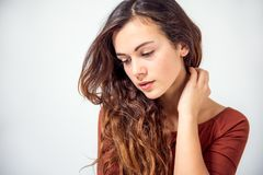 Langhaariger Brunette auf einem weißen Hintergrund Lizenzfreie Stockfotografie