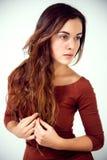 Langhaariger Brunette auf einem weißen Hintergrund Lizenzfreies Stockbild
