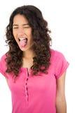 Langhaariger Brunette, der heraus ihre Zunge haftet Stockbild
