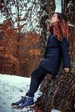 Langhaariger Brunette in einer Winterjacke Stockbild