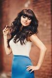 Langhaariger Brunette im blau-weißen Kleiderengel Stockfotos