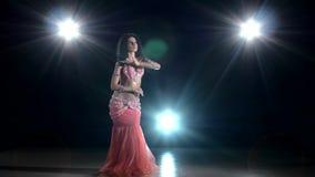 Langhaariges Bauchtänzerinmädchen, das exotischen Tanz tanzt stock video