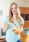 Langhaariges blondes Mädchen, das Obstsalat isst Lizenzfreie Stockbilder