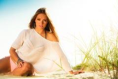 Langhaariges Mädchen auf blauem Himmel des sandigen Strandes Stockbild