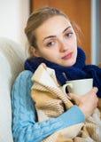 Langhaariges Mädchen, das kaltes hat und im Bett bleibt stockfotografie