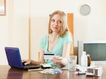 Langhaariges Mädchen, das Medikation in der on-line-Apotheke wählt Stockfotos
