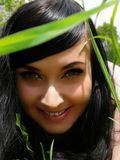 Langhaariges Mädchen in den Bäumen Stockfoto