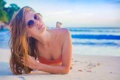 Langhaariges Mädchen im Bikini auf tropischem Strand, Mahe, Seychellen Stockbild